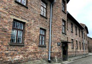 L'ingresso di uno blocco di Auschwitz