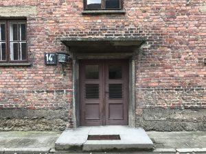 L'ingresso di una baracca di Auschwitz