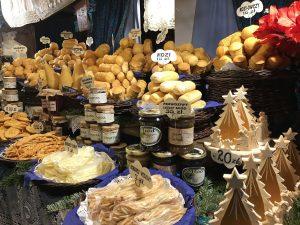 Stinchi di maiale e salsicce al mercatino di Natale di Cracovia