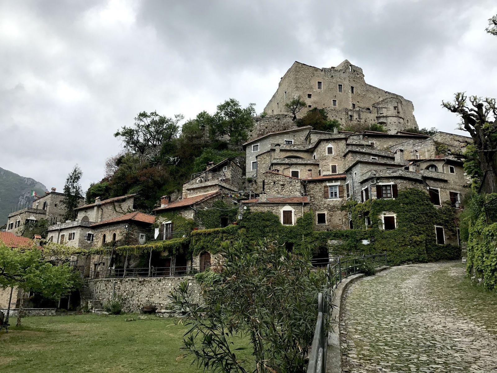Le case di Castelvecchio ai piedi del castello