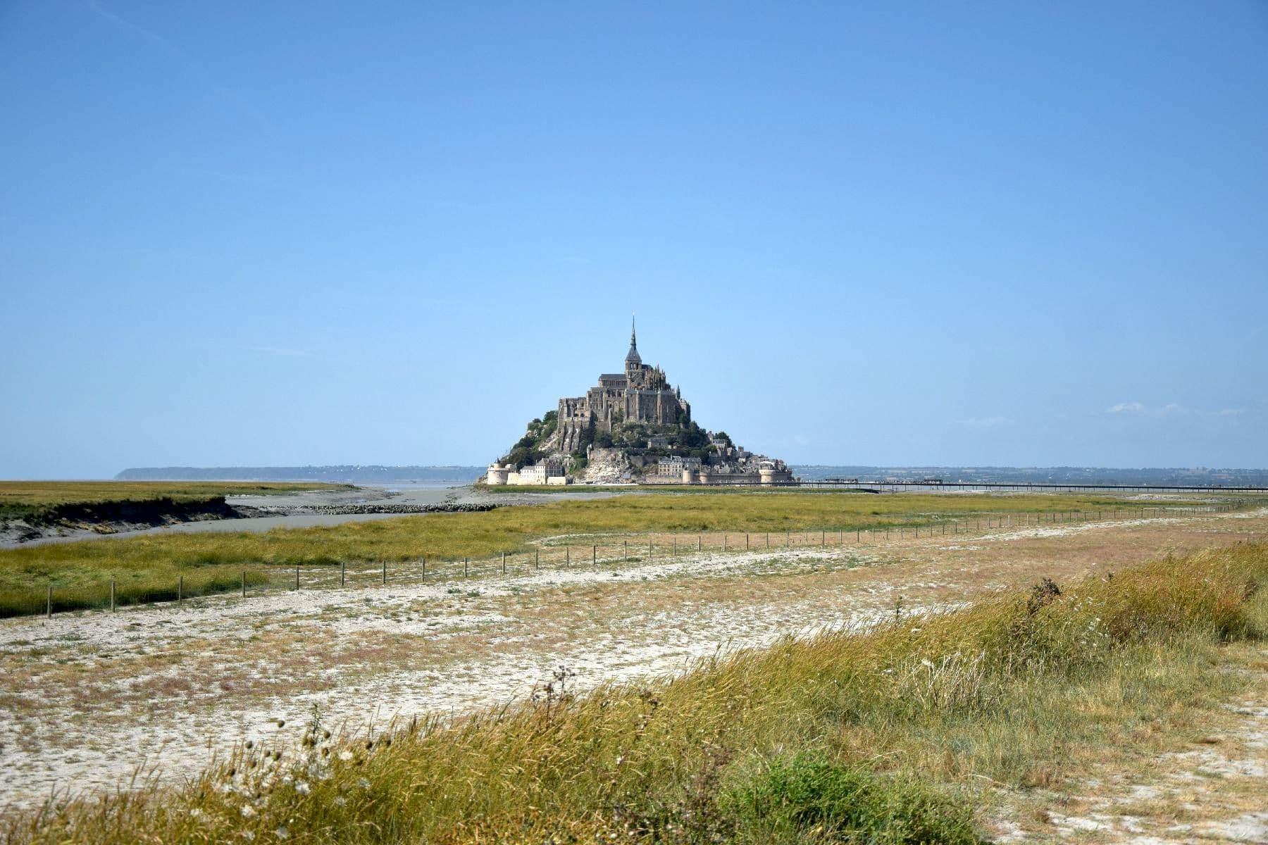 Il Mont Saint Michel dall'inizio della passerella