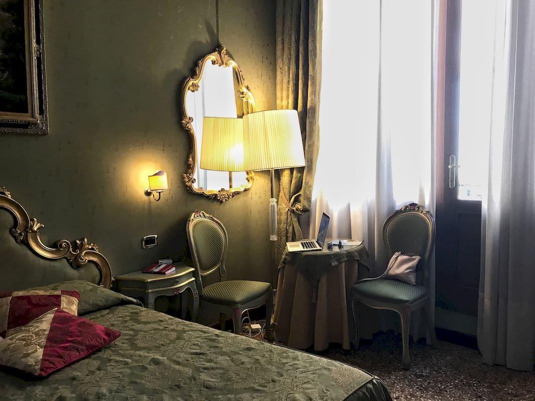 La camera da letto dell'hotel Ponte Mocenigo