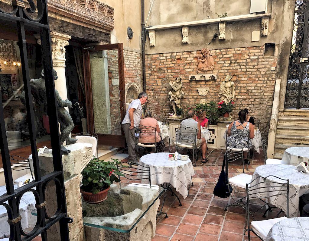 La colazione all'aperto all'Hotel Ponte Mocenigo